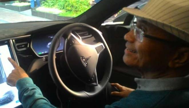 Dahlan Iskan punya tunggangan baru, sebuah mobil listrik Tesla Buatan Amerika
