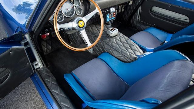 El interior posee una atractiva combinación en negro y azul