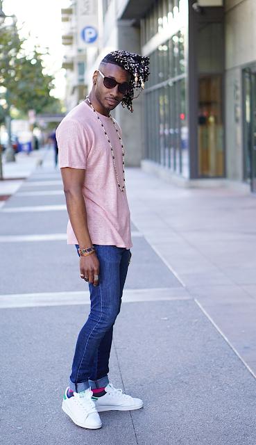 Look masculino com tênis Branco e Camiseta Rosa