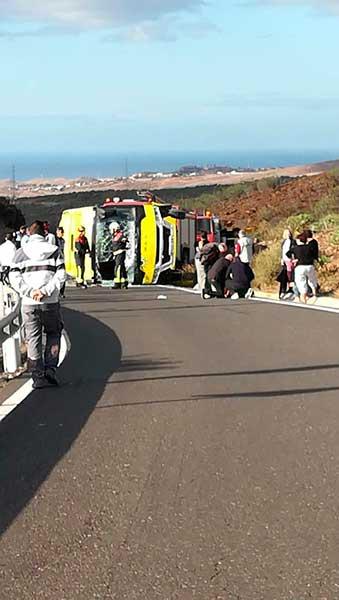 Servicios de emergencias de Gran Canaria en el vuelco del minibus de Fataga, donde cuatro franceses han resultado heridos leves