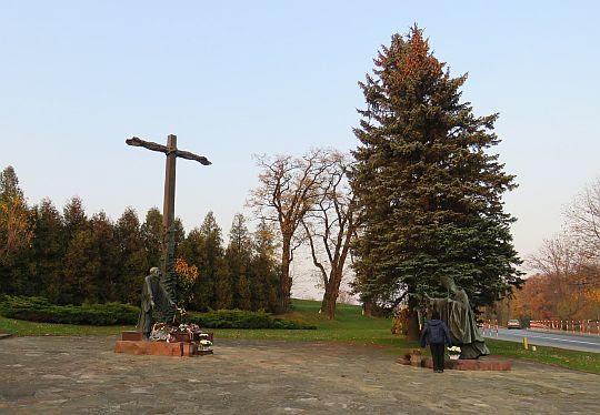 Przed Krzyżem Pojednania.