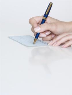 main qui écrit avec un stylo