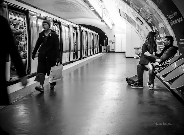 couple dans le métro parisien © Laura Prospero
