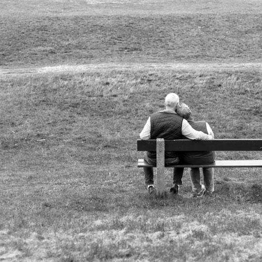 Innige Zweisamkeit, schwarz weiß, Fotografie, Paar auf einer Bank