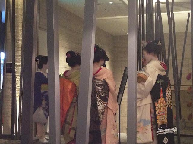 Geishas en el vestíbulo del Righa Royal