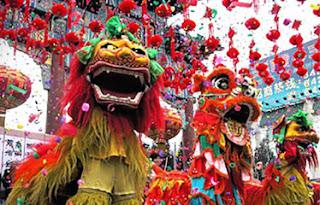 Festejando en el año nuevo chino, faroles rojos, mascaras de dragón