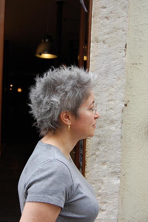 kapsels en haarverzorging kort grijs haar maakt je jonger als geverfd haar 2013. Black Bedroom Furniture Sets. Home Design Ideas