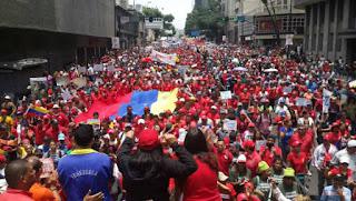 Violência na comunista Venezuela: Mulher enfrenta blindado e imagem viraliza