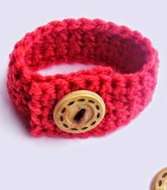 http://translate.google.es/translate?hl=es&sl=auto&tl=es&u=http%3A%2F%2Fgrammydirlam1.blogspot.com.es%2F2015%2F01%2Ffree-crochet-pattern-buttoned-wrist-band.html