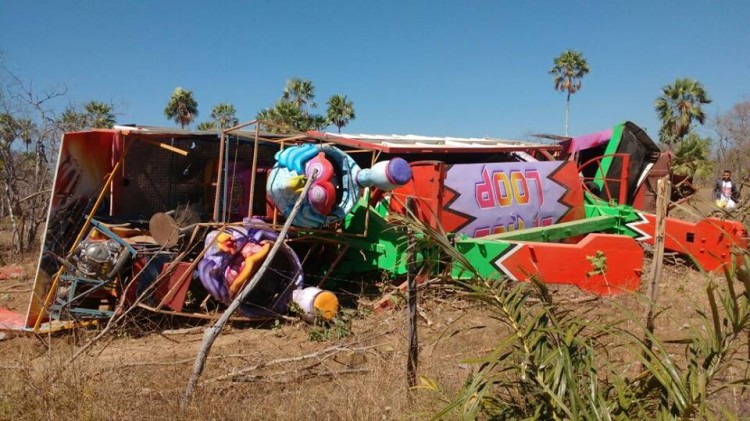 Carreta carregada com brinquedos de parque de diversão tomba no PI
