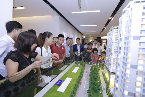 Nhân viên giới thiệu dự án Rivera Park Hà Nội cho khách hàng.