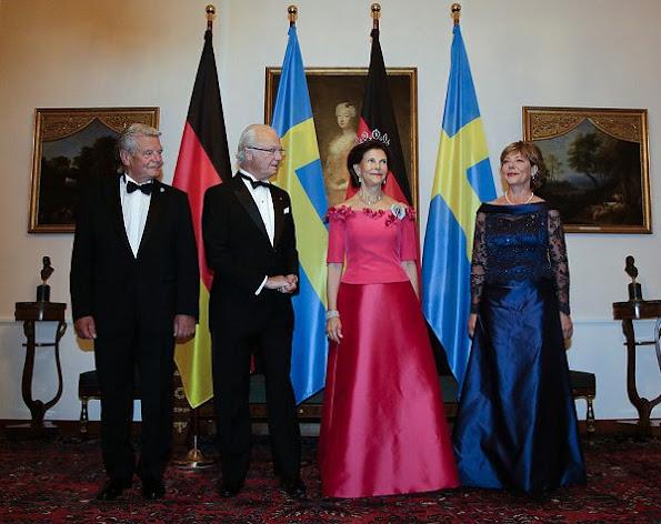 Queen Silvia style, Diamond Tiara, Diamond earrings, wore satin gown, Daniela Schadt wore satin gown, jewellry