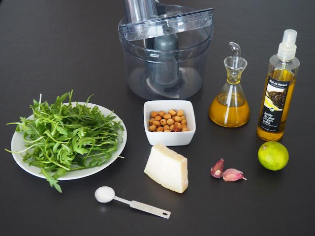 Pesto de rúcula y avellanas, con ajo, parmesano, lima y aceite de oliva.