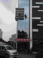 jasa pemebrsihan kaca gedung