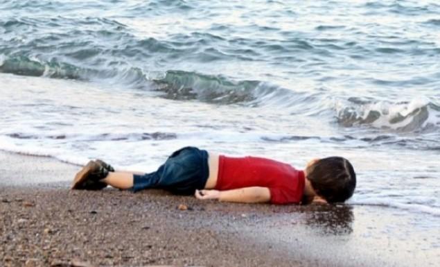 Oi  τούρκοι ξύπνησαν  χάνουν τουρισμό με τους λαθρο και κατέστρεψαν το μαρμάρινο μνημείο του Αϊλάν! που έπνιξαν οι γονείς βέβαιος βέβαιος!
