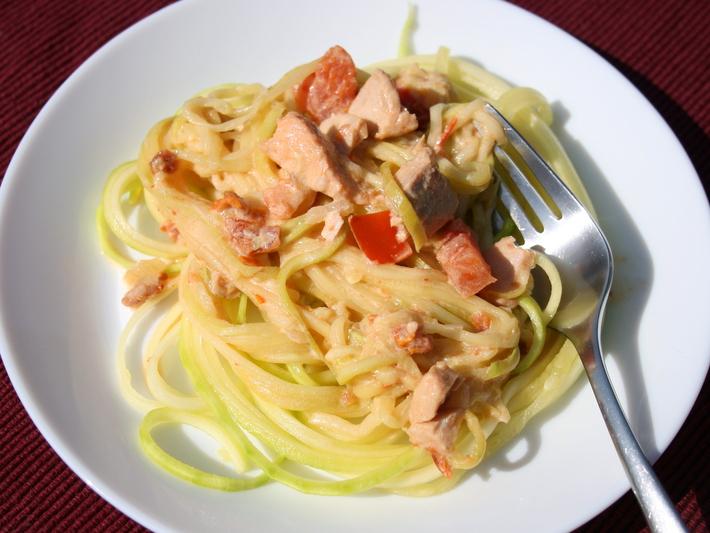 Zoodles mit Lachs-Sahne-Sauce