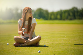 Jeune fille jouant au minigolf