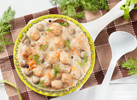 Lekkie pulpeciki z indyka w sosie pieczarkowo-marchewkowym