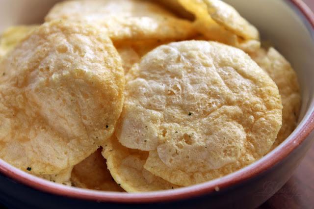 Die blassen Chips der FunPop's Sour Cream & Onion mit ein paar wenigen Kräutern.