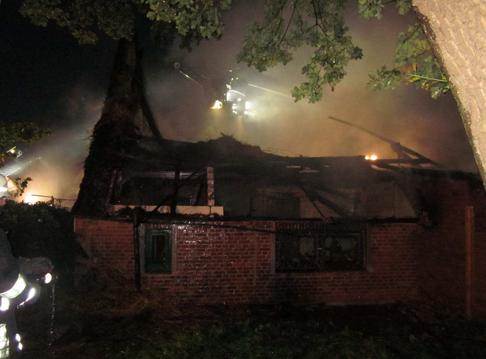 reetdachhaus brennt bis auf die grundmauern nieder bremerhaven news. Black Bedroom Furniture Sets. Home Design Ideas