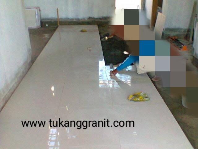 gambar pemasangan granit tile ukuran 60 × 60