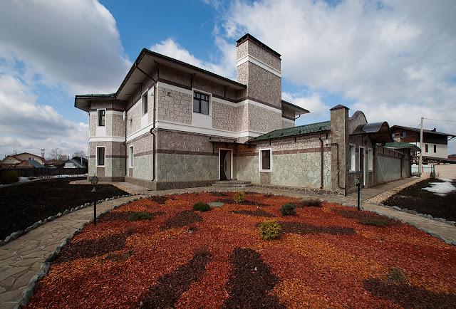фотографии внешнего вида и внутреннего: архитектура дома и его интерьер