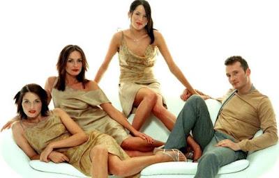 Foto de The Corrs posando en un sillón