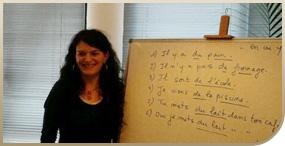 Profesora impartiendo clase de francés para empresa