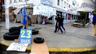 El palacio de Tribunales en Río Gallegos, ayer, con las marcas de una protesta que lleva varias semanas. Los judiciales seguirán hoy de paro. (Germán García Adrasti)