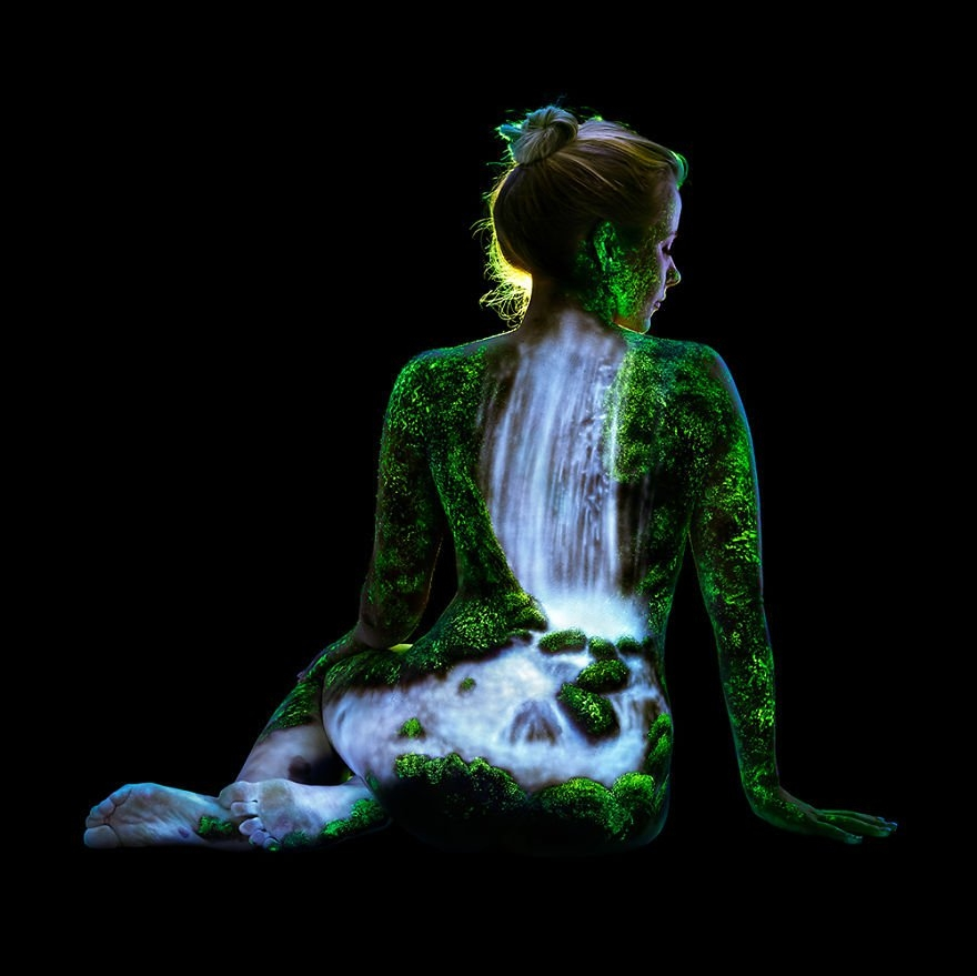 09-John-Poppleton-Body-Painting-turns-into-Body-Scapes-in-the-Dark-www-designstack-co
