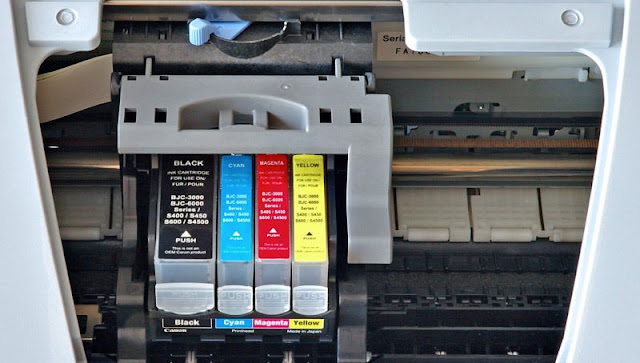 Quando se envia a impressão, a impressora compara com uma base de dados online se há um arquivo similar que tenha copyright.