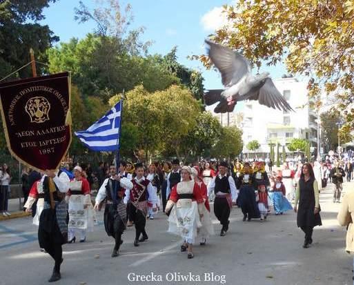 grecka młodzież w strojach narodowych niosąca flagi , grecja, chios