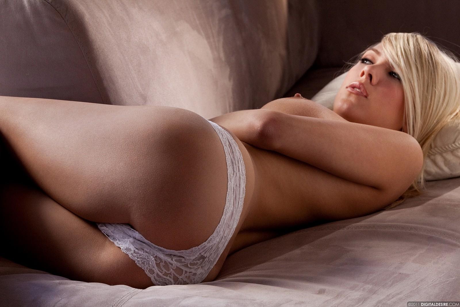 Порно фото очень красивая голая блондинка снимает трусики