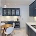 Cozinha azul e branca com estilo clássico e escorredor de louças escondido no armário!