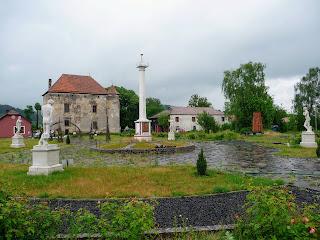 Чинадиево. Замок Сент-Миклош и памятник Мечу