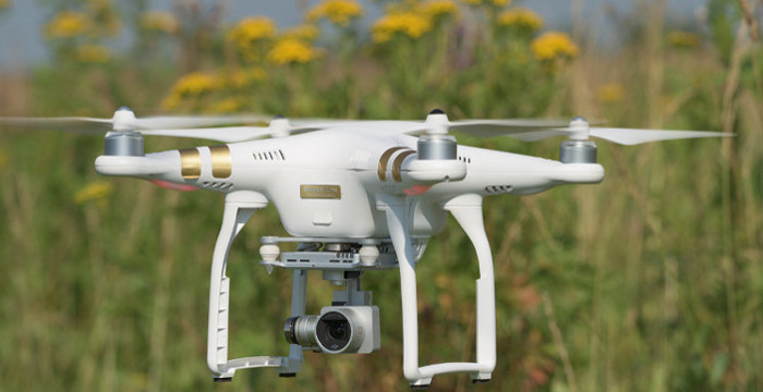 Квадрокоптер DJI Phantom 3 в воздухе