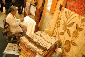 Raba Cetakan Pada Kain Batik Untuk Mengetahui Kualitas Batik