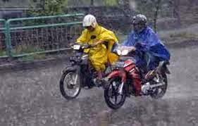 Tip aman berkendaraan di musim hujan