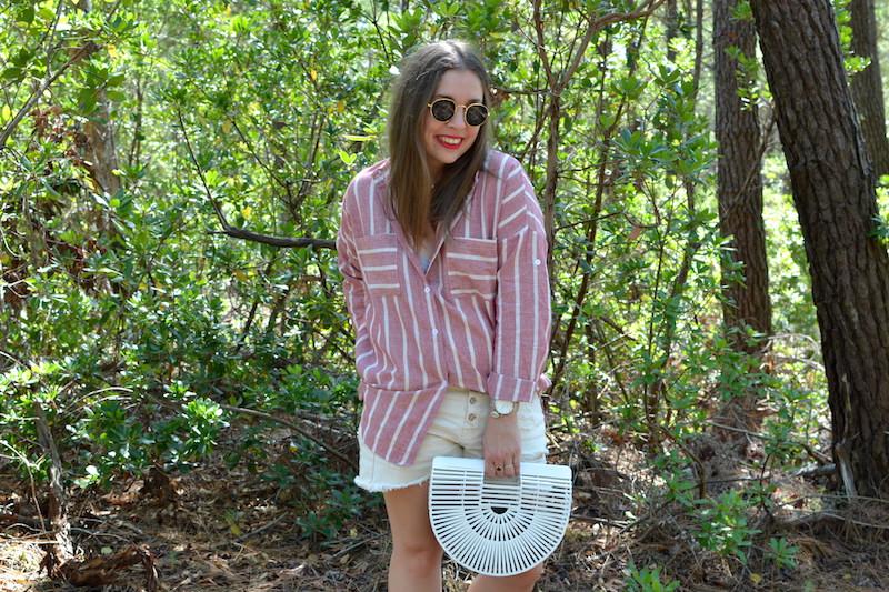 chemise rayé rose Shein, short blanc Pimkie, panier en osier blanc cult gaia