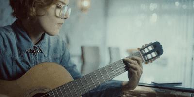 """Jaunuolis mokosi groti, naudodamasis """"Audiochords"""""""