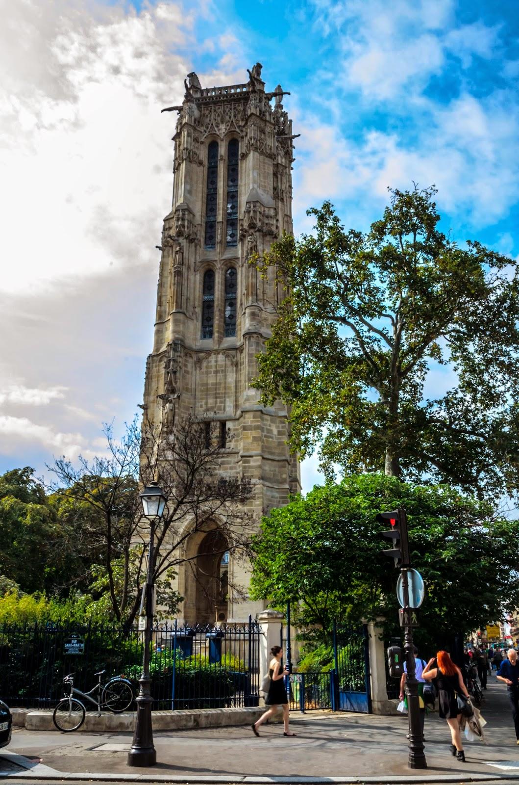 Fotografia torre em praça de Paris