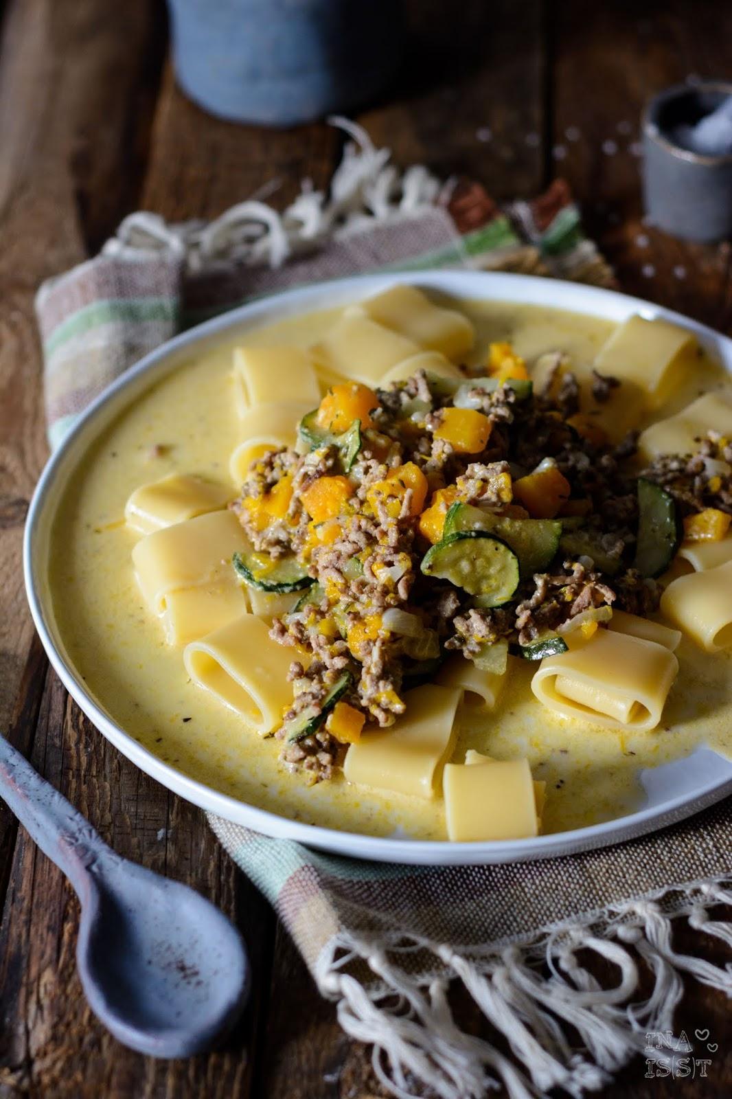 Rezept für Kürbis-Pfanne mit Hackfleisch, Zucchini und Pasta, Ina Is(s)t Kürbis