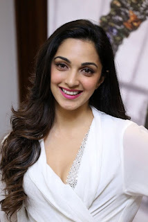 Kiara Advani Pos at Bharat Ane Nenu Success Meet 1