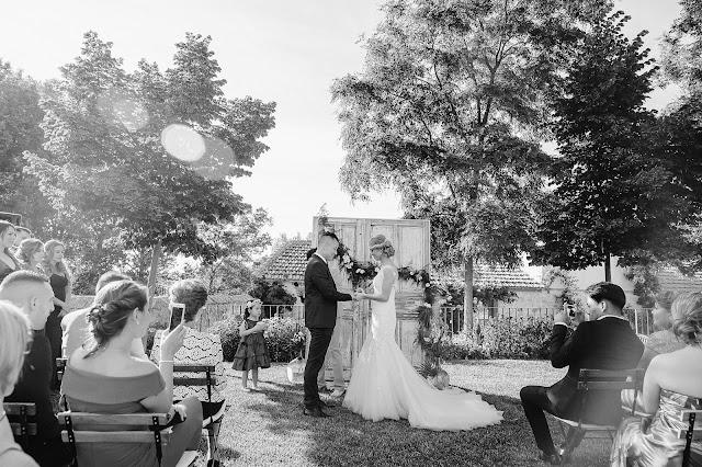 altar boda hecho con puertas - la boda de marco y lina