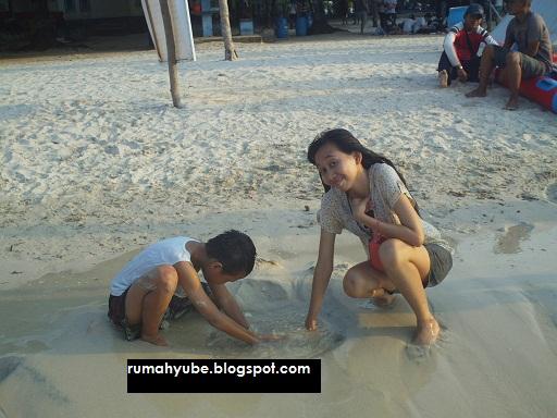 bermain pasir di pantai bandengan