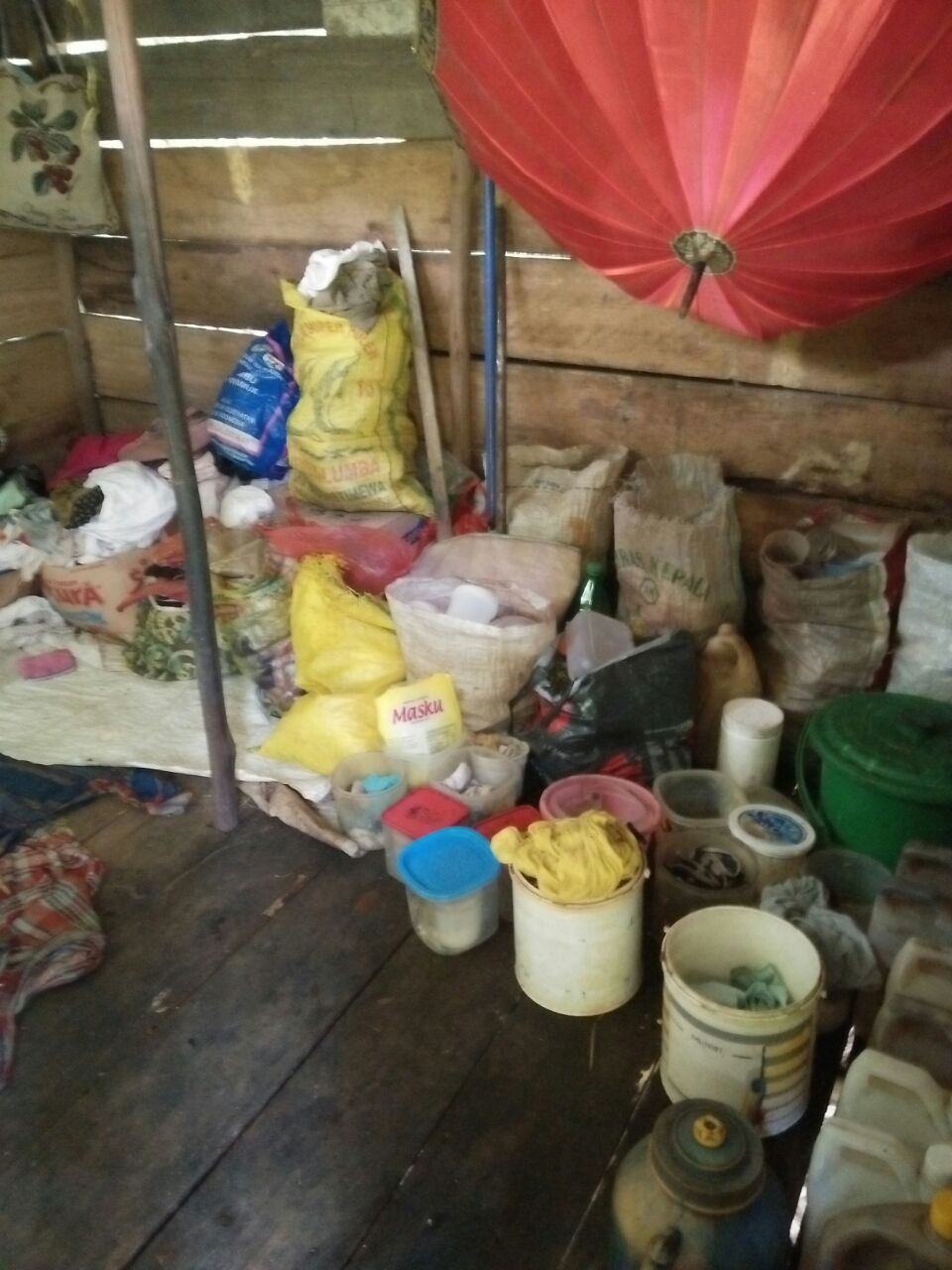 barang-barang milik ibu Kartini yang bertumpukan disatu ruangan