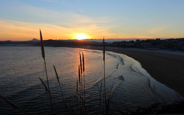 Amanecer en la playa de la Concha en Suances
