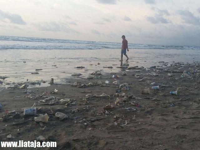 Foto Pantai Kuta Bali Penuh Sampah - liataja.com