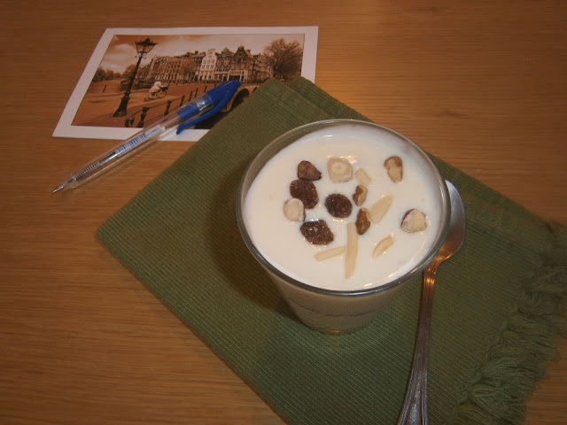 Copa helada de yogur y frutos secos.