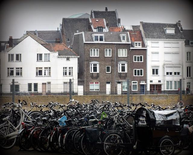 muchas bicis y parking durante la visita a Maastricht